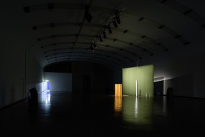 Installation view: Resynthese FAVN, [52 min 55 sec]; 2017; 13-channel computer generated sound, software, Meyer Sound CAL 64 and LINA line array loudspeaker system, bouclé fabric screen, plywood folding paravent. Florian Hecker, Halluzination, Perspektive, Synthese, 17/11 2017 - 14/1 2018, Kunsthalle Wien. Photography © Jorit Aust